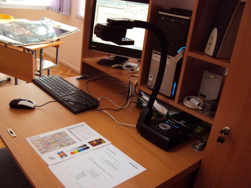 Документ-камера на столе учителя